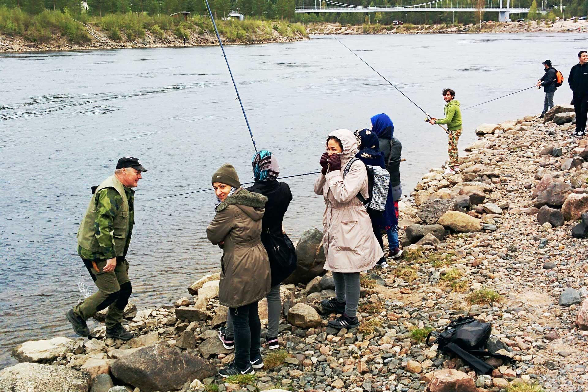 Fiske vid Luleälv grupp människor vid älven